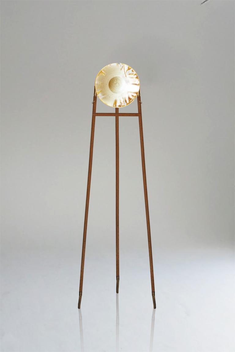 Oxiluz is een vloerlamp op menselijke schaal die de relatie tussen mens, object en omgeving dient. Het idee dat de natuur een object vormt, vervormt of beschrijft is iets wat mij altijd heeft gefascineerd. Oxidatie en de sporen die deze nalaat tijdens een bui of contact met water wordt hier toegepast binnen dit ontwerp. Door zijn gestalt en hoogte zie ik oxiluz al een kameraad die me bijstaat tijdens het uitvoeren van mijn activiteiten. Het doel van deze lamp is enerzijds de schoonheid van een verweerde materie te tonen en te eerbieden. Anderzijds dient de oxidatie en de tekeningen die hieruit ontstaan opnieuw als een indicator van tijd, chaos en vergankelijkheid. De lampenkap is gemakkelijk monteerbaar, demonteerbaar en afwasbaar zodanig dat wanneer men het wenst de lamp opnieuw kan beschreven worden.  Materiaal: jesmonite, hout en geoxideerde stukjes staal.